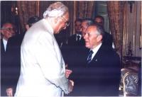 Marco Pannella stringe la mano al presidente della Repubblica Carlo Azeglio Ciampi. Entrambi sono di profilo, in piano americano. Colore.