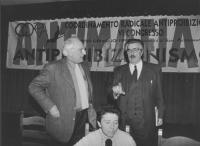 Congresso del Cora nella comunità di San Patrignano (Rimini). Pannella, Muccioli e Carla Rossi. Dietro banner. (BN) importante
