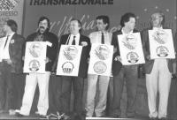 """""""foto di chiusura del 1° congresso italiano del PR. Andreani, Negri, Taradash, Del Gatto e altri, in piedi, ognuno ha al collo un cartello con il simb"""
