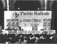 Comizio di Marco Pannella a Porta Maggiore, a Bologna. Visione frontale del palco, con Pannella sulla tribuna (poco distante, in piedi, Peppino Calder