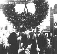 Manifestazione contro il Concordato in occasione del 38° anniversario della firma dei patti Lateranensi. Marco Pannella e Mauro Mellini innalzano una