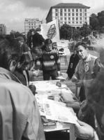 banchetto per la raccolta firme per abrogazione pena di morte in URSS pieno di gente. Si distigue Alexander Kostritskiy (BN) ottima