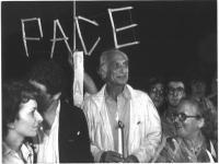 Marco Pannella partecipa a una fiaccolata, fisicamente provato da uno sciopero della fame, per l'approvazione di una legge contro lo sterminio per fam