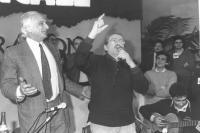"""""""32° congresso PR I sessione. Modugno canta """"""""volare"""""""" dalla presidenza con accanto Pannella. In secondo piano: Giovanni Negri. (BN) ottima, important"""