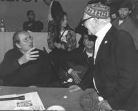 32° congresso PR I sessione. Modugno parla con un vecchio. (BN)