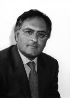Ritratto di Antonello Marzato, candidato della lista Bonino alla presidenza della regione Calabria. Busto intero, bianco e nero.