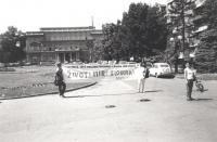 """""""Anniversario della bomba di Hiroshima. Manifestazione a Belgrado con striscione retto da due militanti con su scritto: """"""""Zivot! Mir! Sloboda! PR"""""""" (B"""