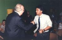 Martelli stringe la mano a Spadolini in un congresso del PR