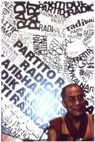 Il Dalai Lama, a mezzobusto, sullo sfondo di un pannello che riproduce in grande il simbolo del Partito Radicale transnazionale.