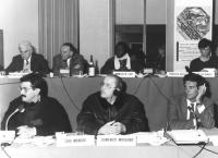 Domenico Modugno ascolta con le cuffiette un intervento in un consiglio federale del PR. Dietro logo PR (BN)  Presenti anche: Giovanni Negri, Jean Luc