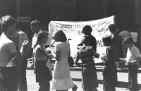 Anniversario della bomba di Hiroshima. Manifestazione a Varsavia con striscione. (BN) importante
