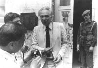 Marco Pannella, all'uscita da un seggio elettorale, parla a un fotografo. Bianco e nero.