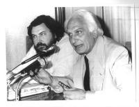 Giuliano Ferrara e Marco Pannella, seduti accanto, dietro a un tavolo. Pannella parla al microfono. Bianco e nero.