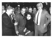 Enzo Tortora, Domenico Modugno e Marco Pannella, in piedi, circondati da numerose persone. Bianco e nero.