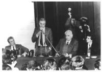 Enzo Tortora, Marco Pannella e Giovanni Negri seduti dietro un tavolo (nel corso di un'assemblea o di una conferenza stampa). Tortora è in piedi, e pa