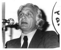 Marco Pannella, chioma fluente, parla davanti a un microfono.  Mezzobusto, bianco e nero. Presumibilmente primi anni '70. 2 copie + negativo