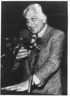 Ritratto di Pannella che parla di fronte a numerosi microfoni. Sorriso vagamente luciferino. Piano americano, bianco e nero. 2 copie + negativo