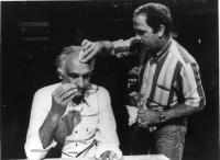Un truccatore deterge il sudore dalla fronte di Marco Pannella, seduto, presumibilmente in occasione della registrazione di una trasmissione televisiv