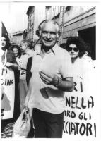Marco Pannella, nel corso di una manifestazione antiprobizionista, presumibilmente negli anni '70. Intorno a lui, giovani con dei cartelloni al collo.
