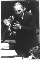 Marco Pannella, in piedi, tiene un discorso dal suo seggio parlamentare. Bianco e nero. 2 copie + negativo