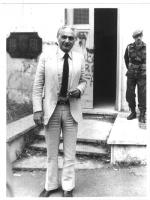 Marco Pannella fotografato all'uscita di una sezione elettorale. Figura intera, bianco e nero. 2 copie + negativo