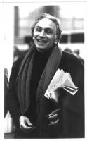 Ritratto giovanile di Pannella, giornale sottobraccio, lunga sciarpa al collo. Bianco e nero. 2 copie + negativo.