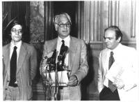 In piedi da sinistra a destra: Giuseppe Rippa, Marco Pannella, Gianfranco Spadaccia.  Pannella legge una dichiarazione al microfono.