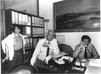 All'interno di un ufficio, Adelaide Aglietta (in piedi), Marco Pannella (seduto), Giovanni Negri (seduto, al telefono). Bianco e nero.