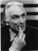 Marco Pannella si infila una sigaretta in bocca. Sguardo furbo. Bianco e nero.