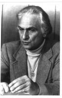 Marco Pannella, seduto, giacca, e medaglione al collo con il simbolo della nonviolenza. Espressione assorta. Bianco e nero. 2 copie + negativo