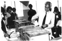 Marco Pannella, all'interno di un seggio elettorale, infila la scheda nell'urna. Bianco e nero.