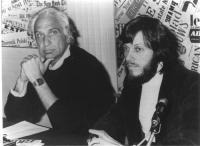 Marco Pannella, seduto dietro un tavolo accanto a Jean Fabre, forse nel corso di una conferenza stampa. Bianco e nero. 2 copie + negativo