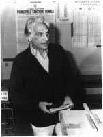 Marco Pannella, in piedi, accanto all'urna, mentre sta per infilare la scheda. Piano americano. Bianco e nero.