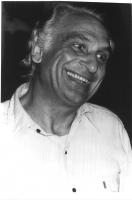 Ritratto di Marco Pannella, a mezzobusto. Testa inclinata, sorridente, sguardo un po' allucinato. Bianco e nero. 2 copie + negativo