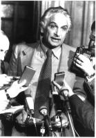 Marco Pannella una dichiarazione al microfono. Intorno a lui, si protendono mani che tengo piccoli registratori. Bianco e nero.