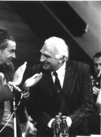 Bruno Zevi applaude Marco Pannella, nel corso di un congresso radicale.