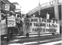 """Manifestazione sulla scalinata del Quirinale """"affinchè la politica non vada in vacanza"""". Foto di gruppo, con Pannella e altri militanti che reggono ca"""