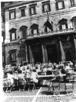 Tavoli davanti a Montecitorio organizzati per la campagna contro lo sterminio per fame. Bianco e nero.