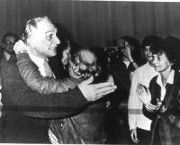 Marco Pannella applaudito da Emma Bonino, dopo la sua rielezione a segretario al 27° Congresso. (BN). (Negativo)