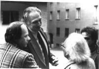 Marco Pannella parla con il premio Nobel George Wald, sostenitore della campagna radicale contro lo sterminio per fame. BN 2 copie + negativo