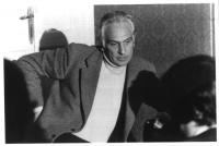 Marco Pannella (giacca e dolcevita chiara) seduto, a busto intero. BN 2 copie + negativo