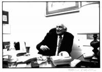Marco Pannella, seduta alla scrivania in un ufficio. Stessa inquadratura della foto n.4836, con un diverso atteggiamento di Pannella, immediatamente s
