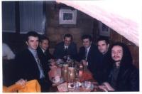 Foto di gruppo in un ristorante, in occasione del forum paneuropeo delle ONG.. Intorno al tavolo (da destra): Arbin Kurti (università del Kosovo), un