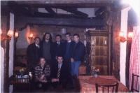 Foto di gruppo in un ristorante, in occasione del forum paneuropeo delle ONG. Si riconoscono: Arbin Kurti, Artur Nura, Olivier Dupuis, in piedi. Olga