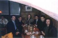Foto di gruppo in un ristorante, in occasione del forum paneuropeo delle ONG. Si riconoscono intorno al tavolo: Arbin Kurti, Artur Nura, Olga Cechurov