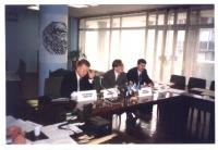 Vladimir Ivanov (iscritto Verde al Partito Radicale), Nicolaj Khramov parlano al microfono, da dietro un tavolo.