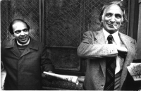 Gianfranco Spadaccia e Marco Pannella, in piedi, piano americano (in occasione del congresso costitutivo del Partito Radicale in Lombardia).