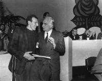 Marco Pannella e il frate francescano (iscritto al Pr), Christian Delorme, nel corso del 32° Congresso del Pr. (v. 514)