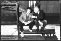 Marco Pannella parla con Gigi Melega, entrambi seduti su uno scalino.. BN