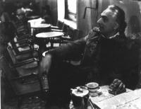 Marco Pannella seduto al tavolino di un caffè. (Foto vecchia, molto rovinata).